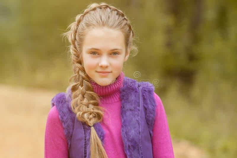 Ritratto della ragazza graziosa sorridente che cammina nel parco fotografie stock