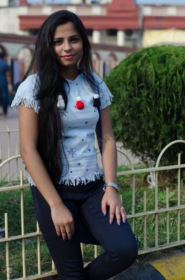 Ritratto della ragazza indiana che porta un vestito occidentale blu e guardare a disposizione fotografia stock libera da diritti
