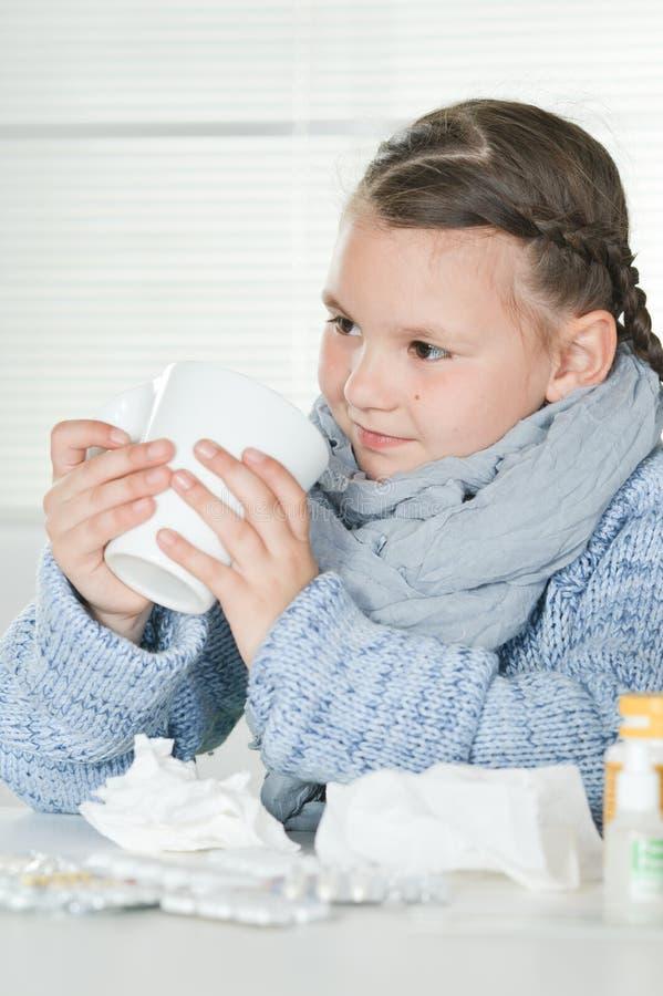 Ritratto della ragazza malata sveglia con le medicine immagini stock