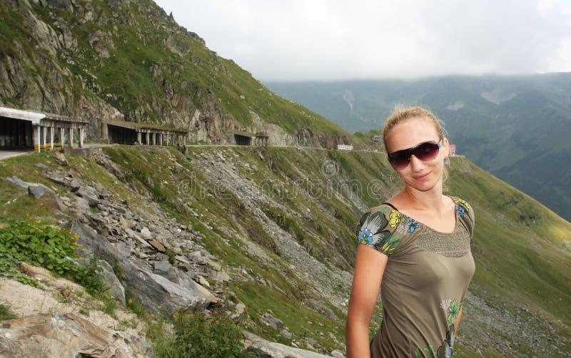 Ritratto della ragazza nella zona di montagna immagine stock