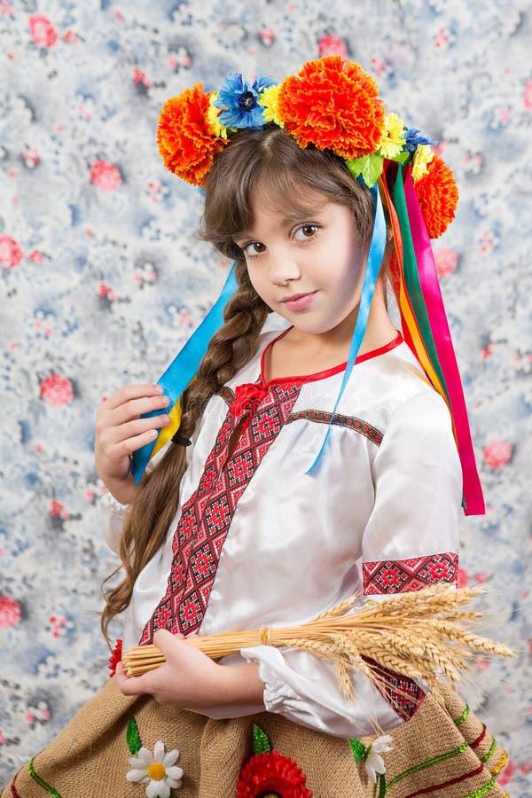 Ritratto della ragazza nello stile ucraino tradizionale fotografia stock