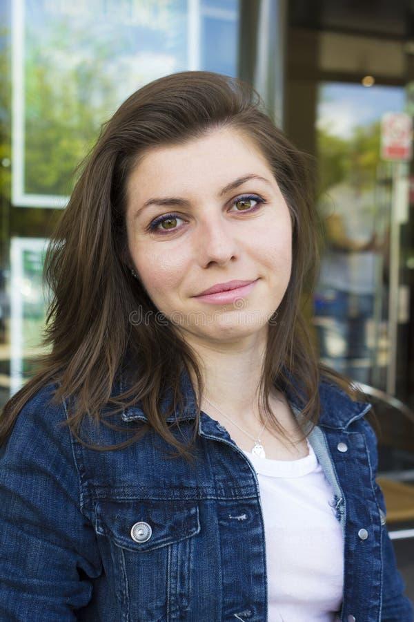 Ritratto della ragazza in rivestimento al giorno di estate fotografia stock