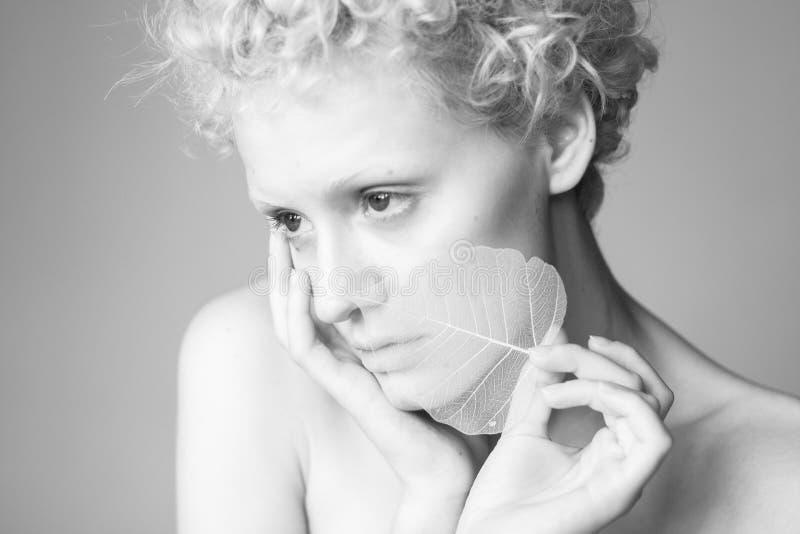 Ritratto della ragazza sessuale con una foglia asciutta a disposizione fotografia stock