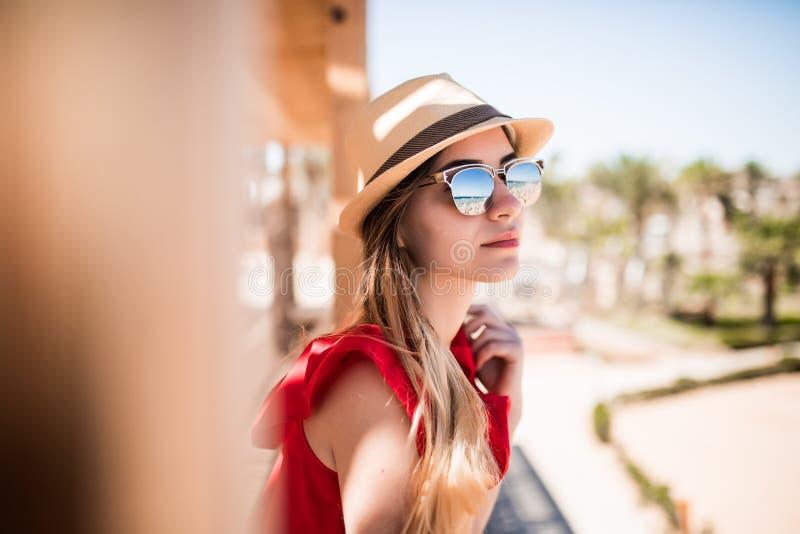 Ritratto della ragazza soleggiata che si rilassa sul wearind del sole di estate in cappello ed occhiali da sole Vocazione di esta immagini stock libere da diritti