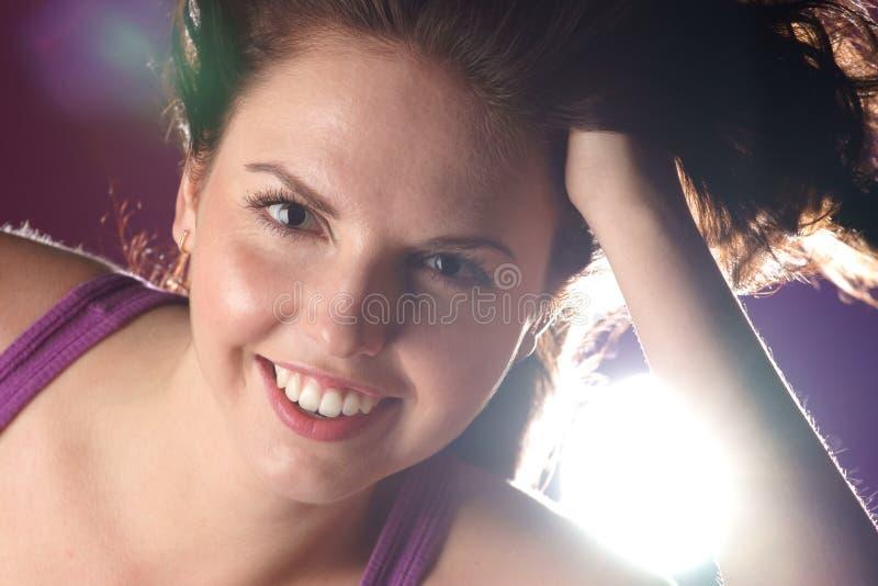 Ritratto della ragazza sorridente di fascino immagini stock libere da diritti