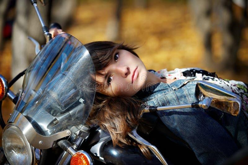 Ritratto della ragazza su un motociclo immagini stock