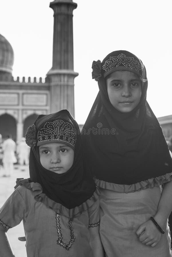 Ritratto della ragazza sveglia che affronta & che posa a Jama Masjid, Delhi, Ind immagine stock