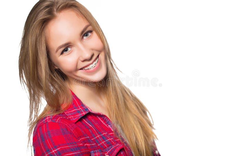 Ritratto della ragazza teenager che mostra i ganci dentari fotografie stock libere da diritti