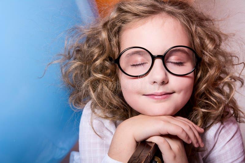 Ritratto della ragazza teenager che sogna ancora in vetri con gli occhi chiusi fotografia stock libera da diritti