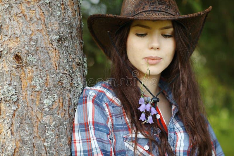 Ritratto della ragazza in uno stile del cowboy fotografia stock