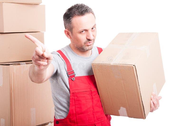 Ritratto della scatola della tenuta dell'uomo del motore che mostra gesto di rifiuto fotografie stock libere da diritti