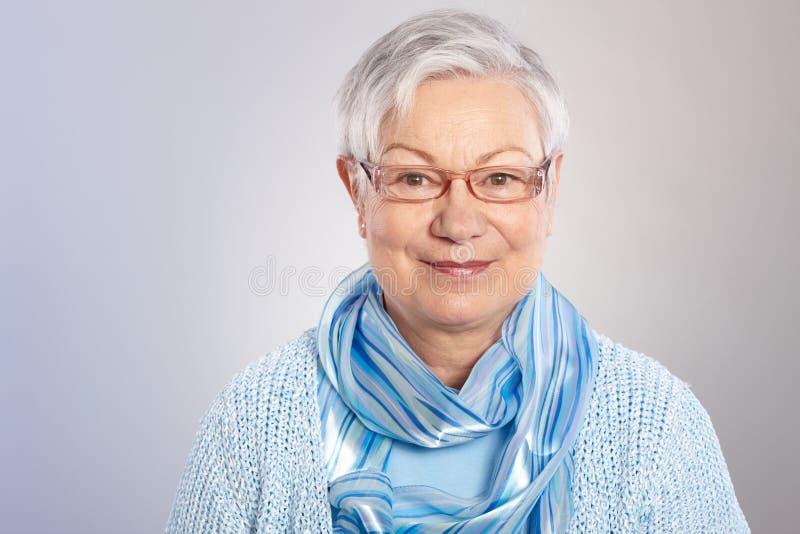Ritratto della signora anziana gentile fotografia stock libera da diritti