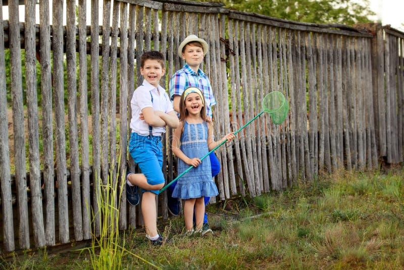Ritratto della sorella e del fratello nel villaggio fotografia stock