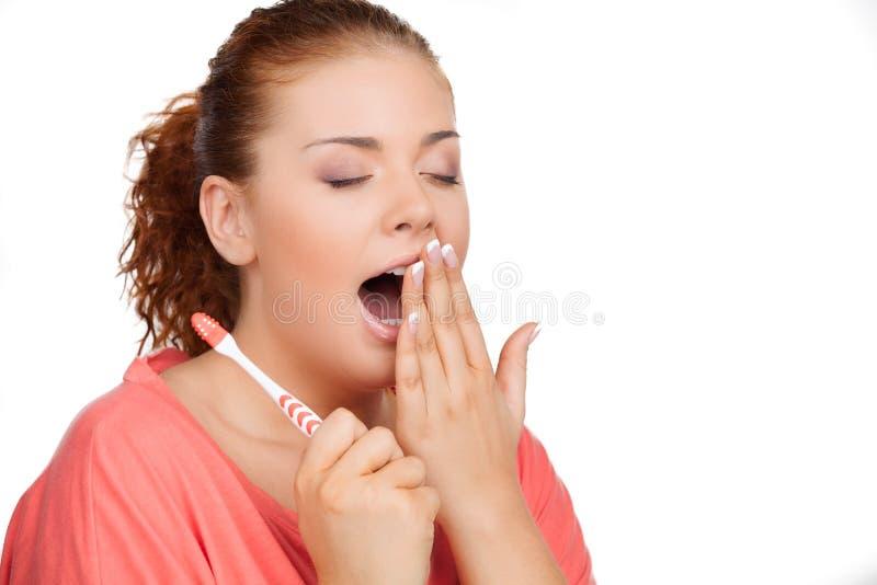 Ritratto della spazzola dei denti della tenuta della giovane donna e di y immagine stock