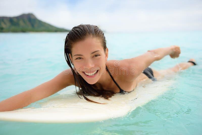 Ritratto della spiaggia praticante il surfing di Waikiki di divertimento del surfista immagine stock libera da diritti