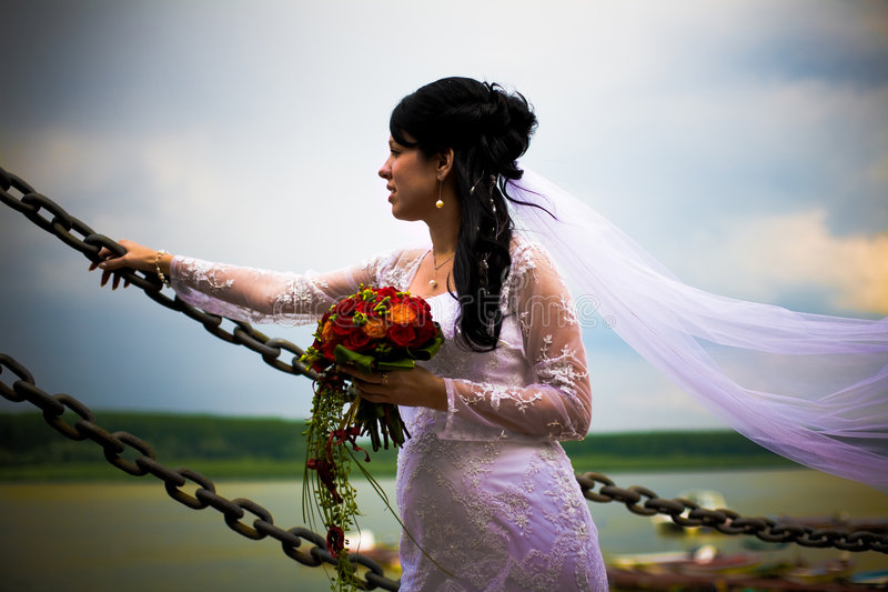 Ritratto della sposa con i fiori di cerimonia nuziale fotografia stock libera da diritti