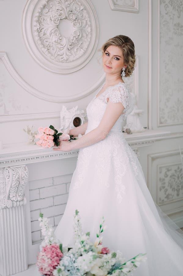 Ritratto della sposa in decorazione del fiore, foto dello studio Bei trucco di nozze del ritratto della sposa e acconciatura, jew immagini stock libere da diritti