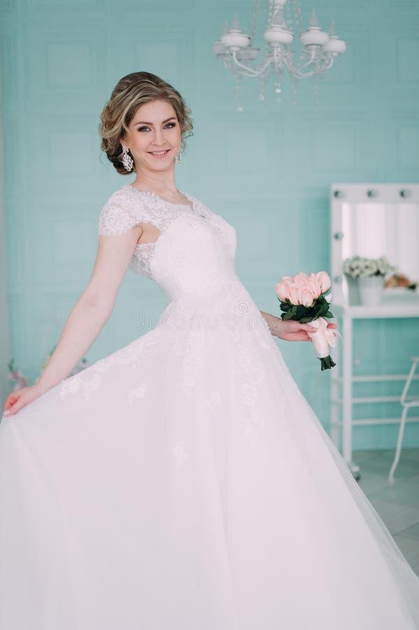 Ritratto della sposa in decorazione del fiore, foto dello studio Bei trucco di nozze del ritratto della sposa e acconciatura, jew fotografia stock