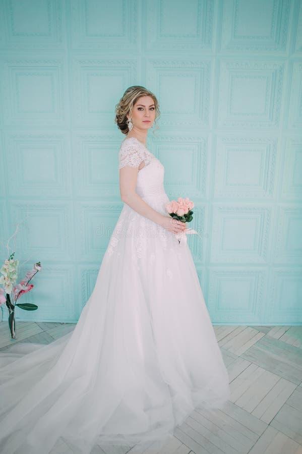 Ritratto della sposa in decorazione del fiore, foto dello studio Bei trucco di nozze del ritratto della sposa e acconciatura, jew fotografie stock libere da diritti