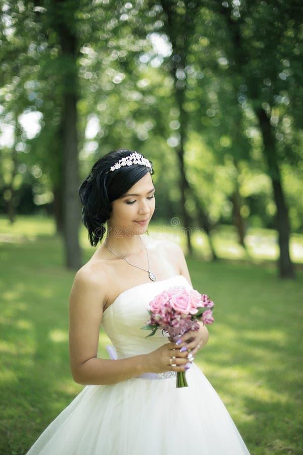 Ritratto della sposa graziosa in vestito da sposa di lusso con il mazzo fotografia stock libera da diritti