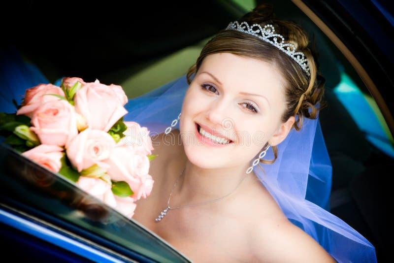 Ritratto della sposa nell'automobile di cerimonia nuziale immagine stock
