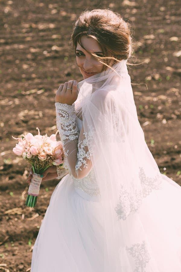 Ritratto della sposa sul campo immagine stock libera da diritti