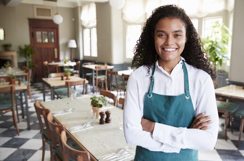 Ritratto della stanza femminile di In Empty Dining del responsabile del ristorante fotografie stock libere da diritti