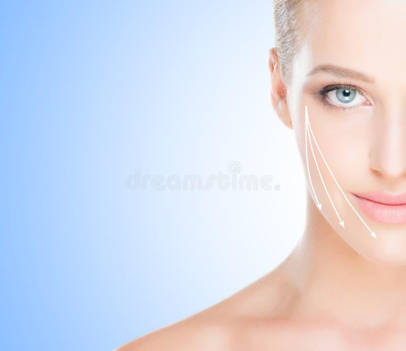 Ritratto della stazione termale di giovane e donna in buona salute con le frecce sul suo fac immagine stock libera da diritti