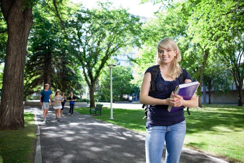 Ritratto della studentessa di college sorridente fotografia stock