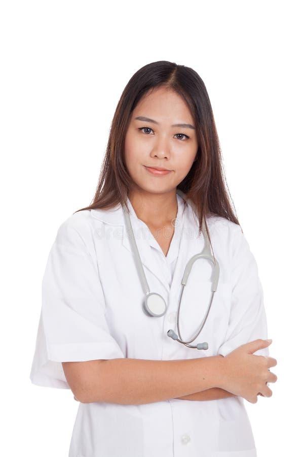 Ritratto delle armi piegate medico femminile asiatico fotografia stock libera da diritti