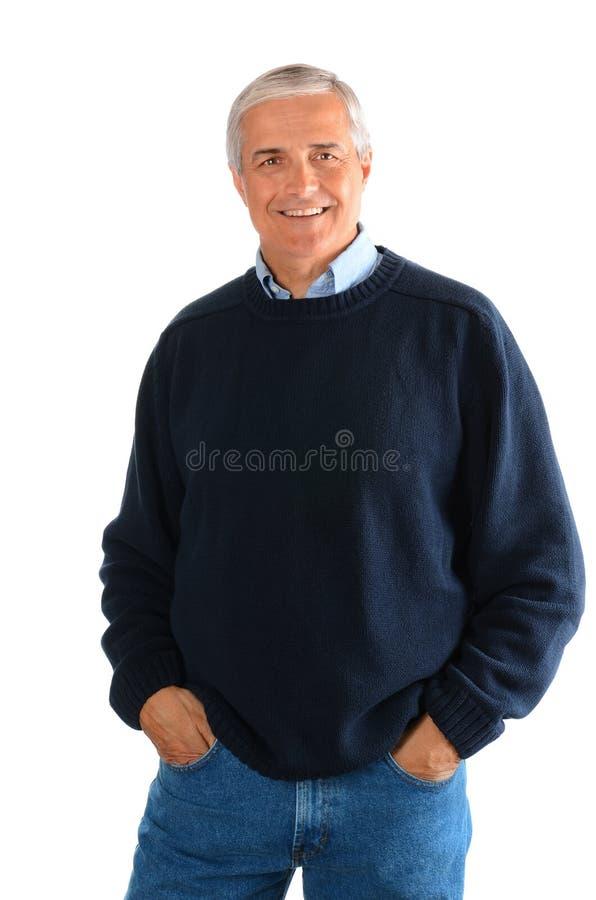 Ritratto delle blue jeans d'uso di un uomo maturo casuale e di un maglione fotografia stock
