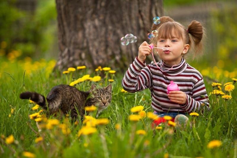 Ritratto delle bolle di sapone di salto della bambina divertente immagini stock libere da diritti