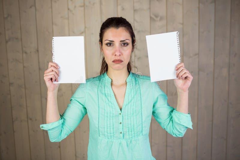 Ritratto delle carte della tenuta della donna fotografie stock libere da diritti