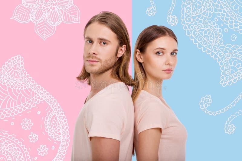 Ritratto delle coppie adorabili che stanno di nuovo alla parte posteriore fotografia stock