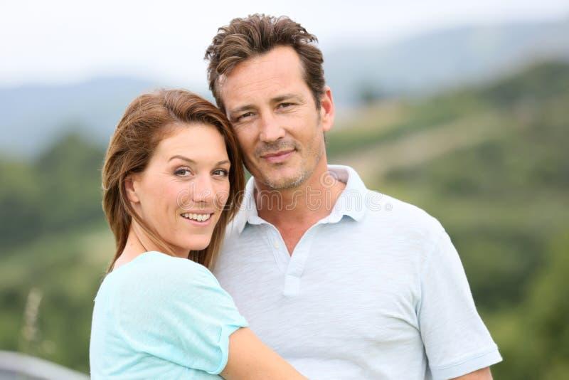 Ritratto delle coppie amorose in vacanza in campagna fotografie stock libere da diritti