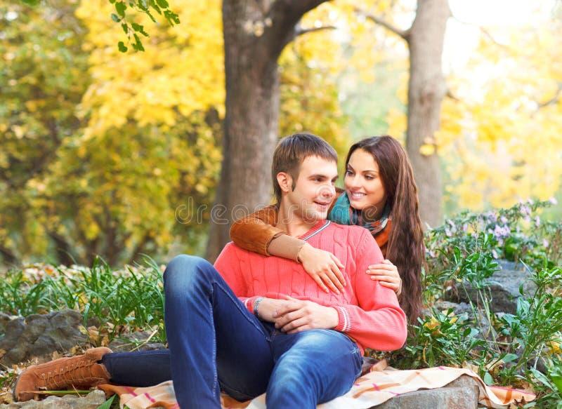 Ritratto delle coppie che godono della stagione di caduta dorata di autunno fotografia stock