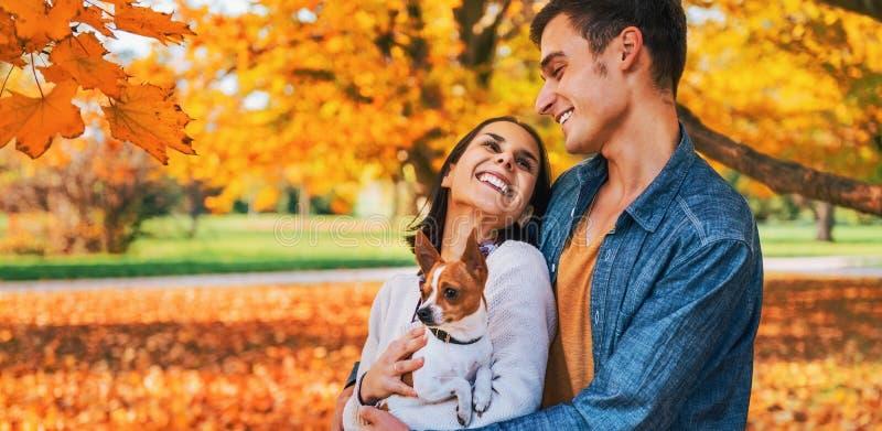 Ritratto delle coppie felici all'aperto in autunno fotografia stock