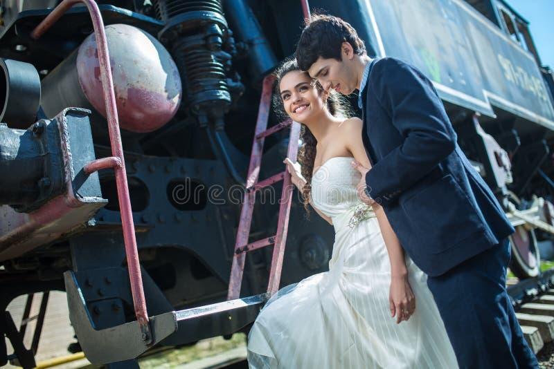 Ritratto delle coppie felici di nozze vicino al vecchio fotografia stock libera da diritti