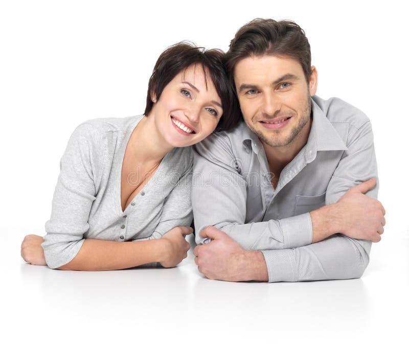 Ritratto delle coppie felici isolate su bianco fotografia stock libera da diritti