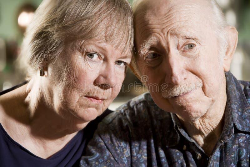 Ritratto delle coppie maggiori preoccupate fotografia stock