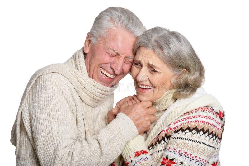 Ritratto delle coppie mature sorridenti che posano contro il fondo bianco fotografia stock