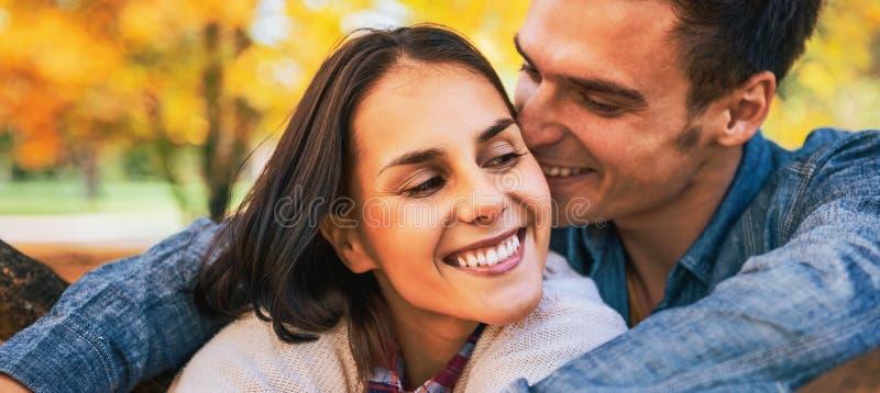 Ritratto delle coppie romantiche all'aperto in autunno fotografia stock libera da diritti
