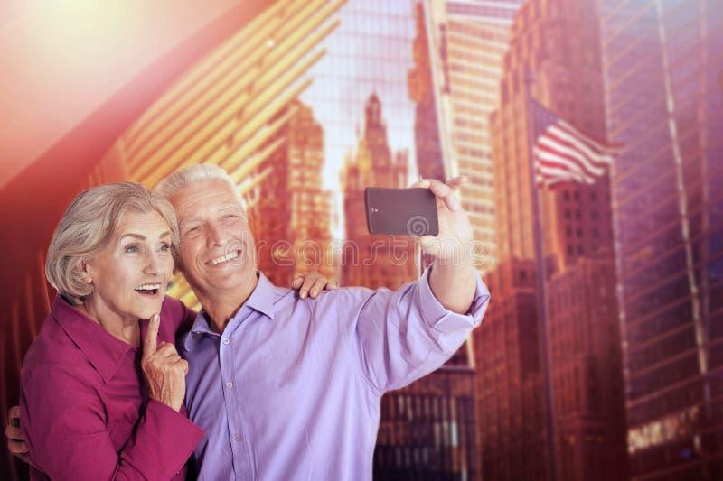 Ritratto delle coppie senior felici che prendono selfie fotografia stock