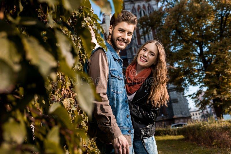 ritratto delle coppie sorridenti che esaminano macchina fotografica mentre spendendo tempo fotografia stock libera da diritti