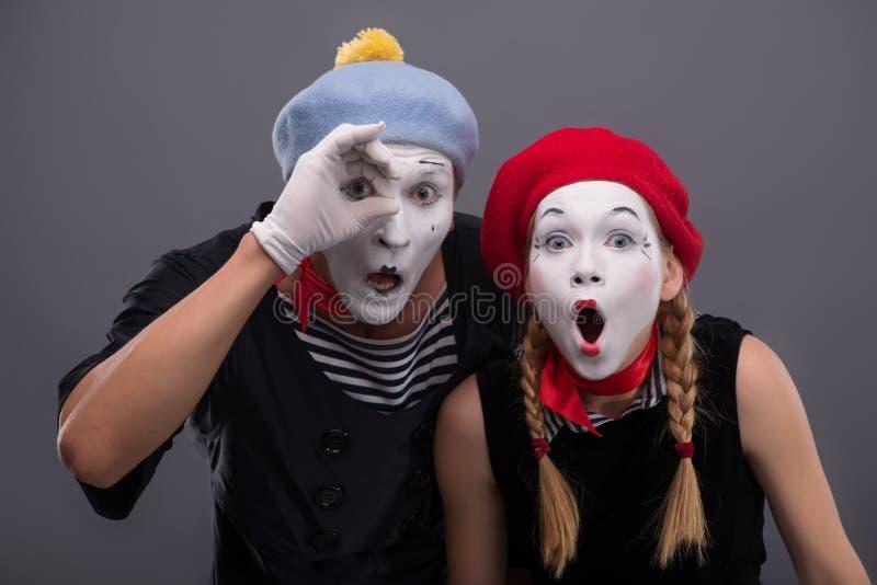 Ritratto delle coppie tristi del mimo che gridano sopra immagini stock