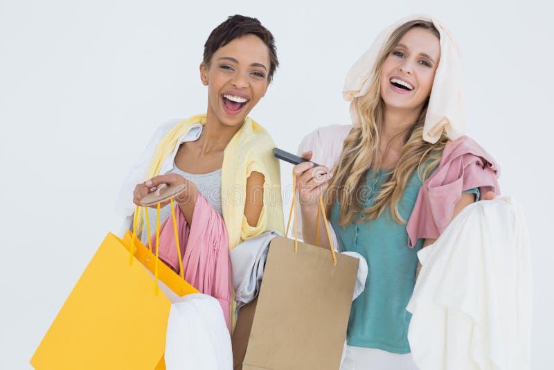 Ritratto delle donne allegre che stanno con i sacchetti della spesa fotografia stock