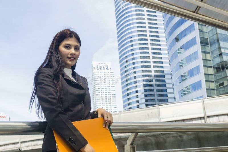 Ritratto delle donne dell'Asia di affari nella sensibilità di sicuro fotografia stock libera da diritti
