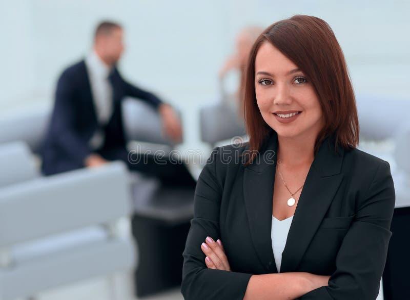 Ritratto delle donne sicure di affari sull'ufficio vago del fondo immagini stock libere da diritti