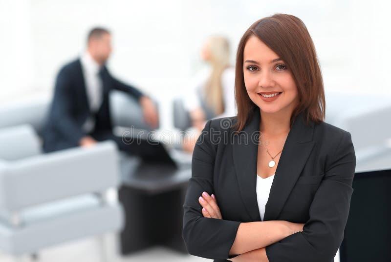 Ritratto delle donne sicure di affari sull'ufficio vago del fondo immagini stock