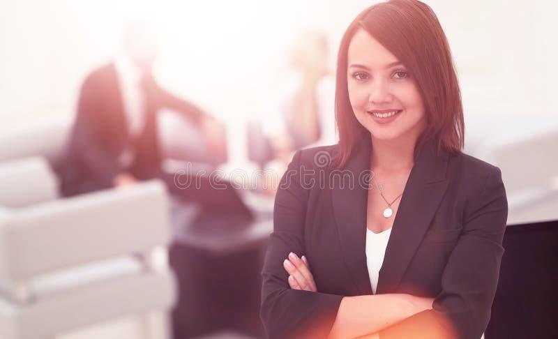 Ritratto delle donne sicure di affari sull'ufficio vago del fondo fotografia stock libera da diritti